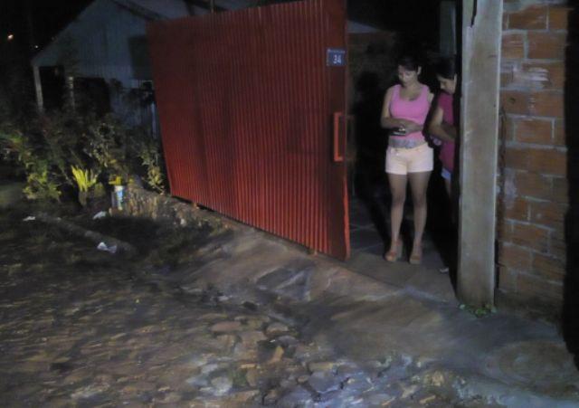 Calçada em frente a casa, onde Sérgio foi baleado. Na foto a cunhada e a esposa. Foto: Evandro Artuzi/RBJ
