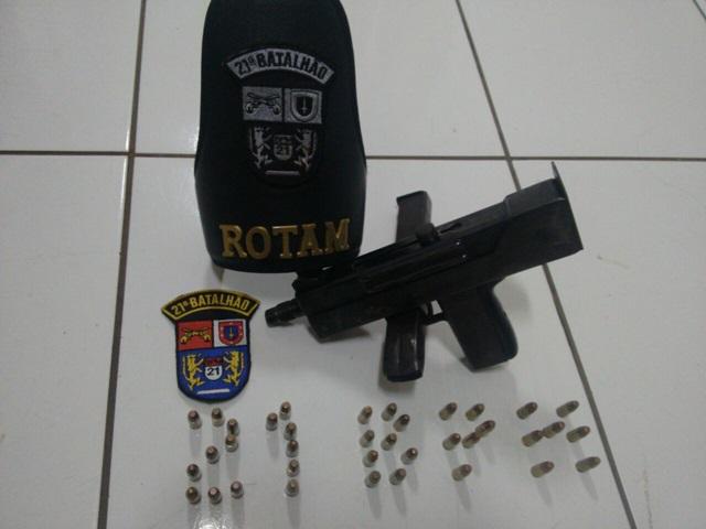 Submetralhadora e munições apreendidas. Foto: Polícia Militar