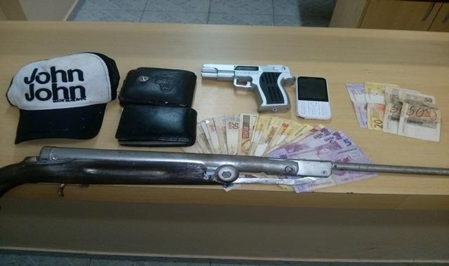 Armas e dinheiro apreendidos com os assaltantes. Foto: Polícia Militar