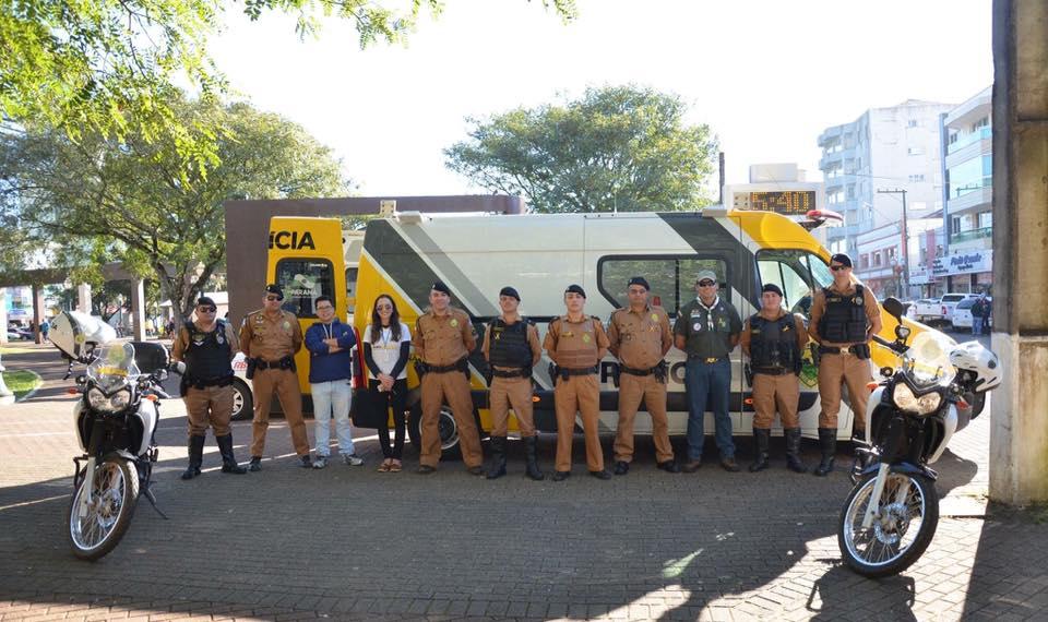 Na foto: Representantes de entidades, após blitz no centro de Palmas/PR