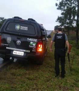Arma usado no crime, uma espingarda calibre 16, foi encontrada as margens da PR-180. Foto: Divulgação da Polícia Civil