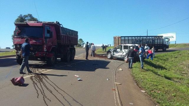 Caminhão e viatura tiveram danos de grande monta. Foto: Divulgação WhatsApp