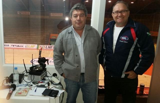 Luiz Carlos Baggio e Ademir Augusto, na cabine reserva à Onda Sul FM no Ginásio Sérgio Luiz Guerra, em Carlos Barbosa. Foto: Ademir Macagnan