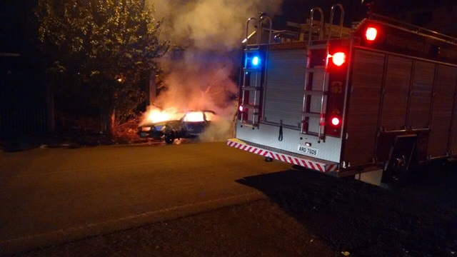 Corpo de Bombeiros foi acionado, mas não conseguiu evitar a destruição do carro. Foto: Reprodução WhatsApp