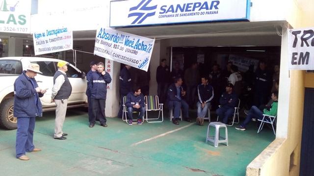 Funcionários reunidos em frente ao escritório regional. Foto: Evandro Artuzi/RBJ