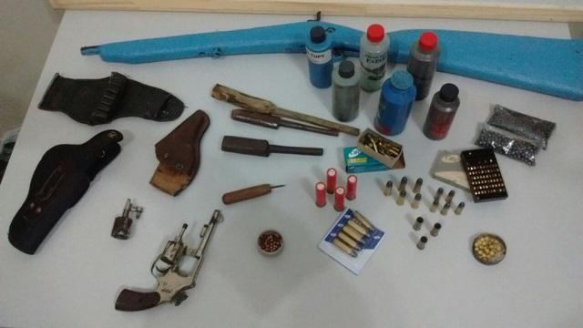 Armas e munições apreendidas na casa do suspeito. Foto: Polícia Militar