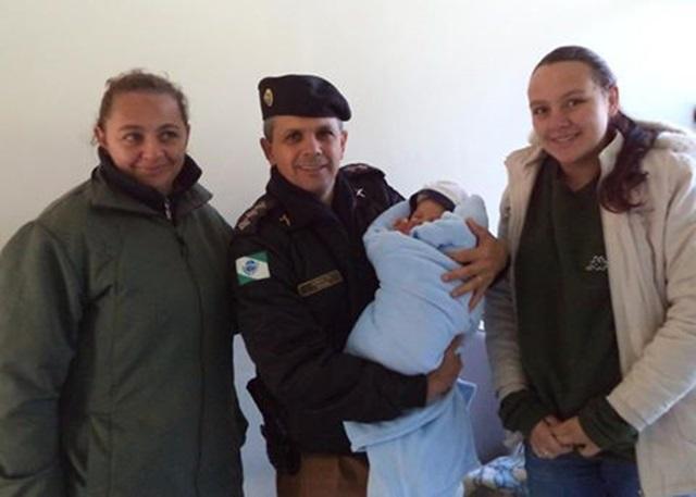 Major Edson Cechinell da Silva, comandante do 21º BPM, com mãe, avó e o pequeno Davi.