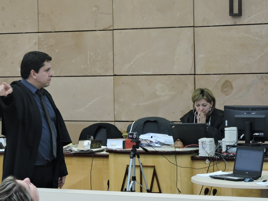 Promotor questionando os argumentos da defesa. Foto: Francione Pruch