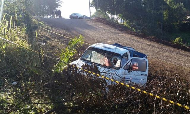 Camionete parou depois de bater contra um barranco. Foto: Evandro Artuzi/RBJ