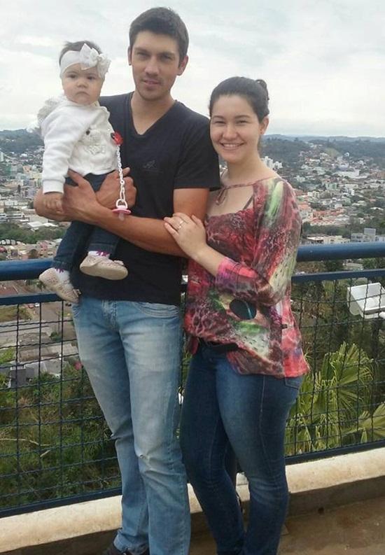 Na foto, Diego com a filha e a esposa Camila. reprodução Facebook