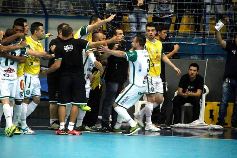 Fabiano Assad comemora o terceiro gol, com a equipe. Foto: Assessoria Cresol/Marreco