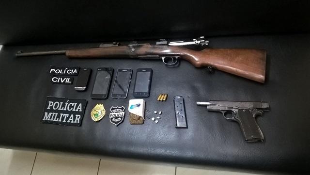 Armas e droga apreendias durante a operação desta quinta (28). Foto: Polícia Militar
