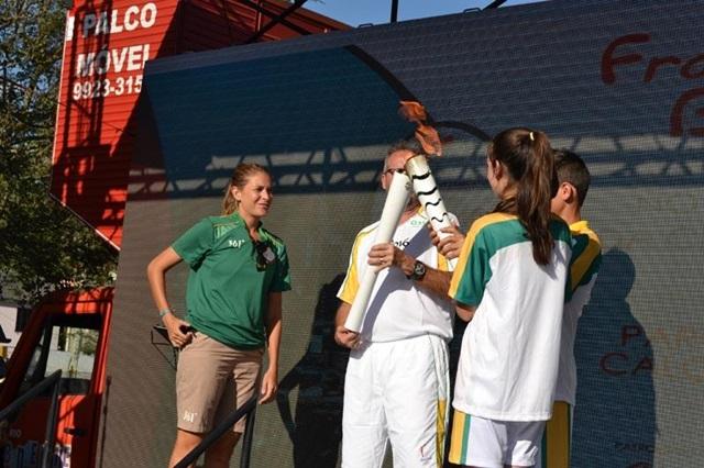Professor Almir Hugo Lopes foi quem recebeu a Tocha Olímpica no parque Alvorada. Foto: Evandro Artuzi/RBJ