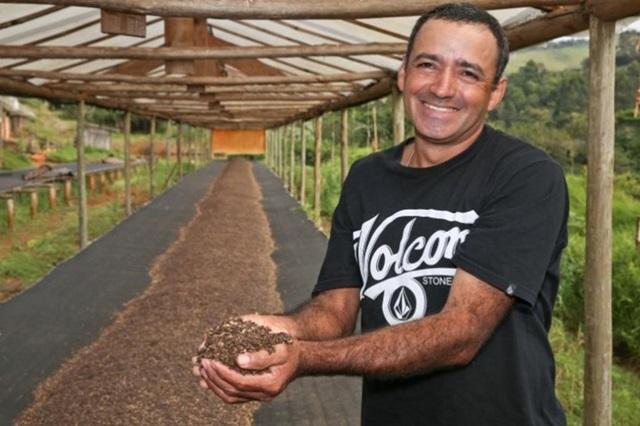 Em uma das fotos premiadas, produtor Olavo Aparecido Luciano apresenta estrutura usada para secar sementes de maracujá vendidas à indústria de cosméticos Foto: Ricardo Rossi/Ocepar