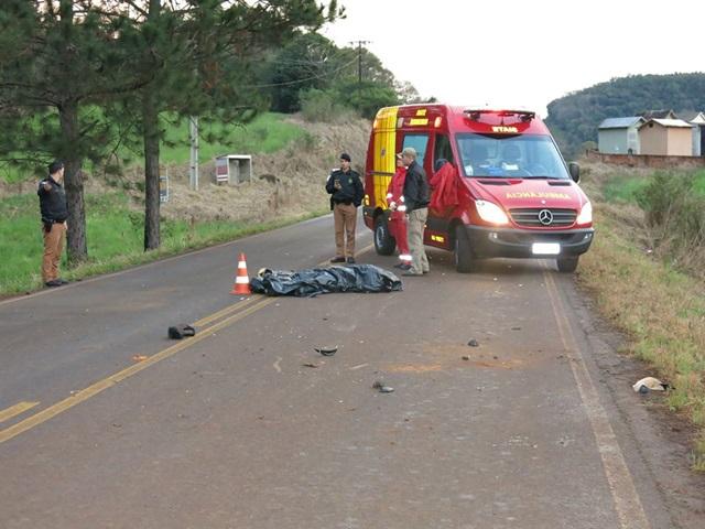 Motociclista morreu na PR-562, após ter atropelado um cavalo que invadiu a pista. Foto: Valdenir Lima