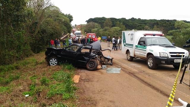 O passageiro do carro morreu após colisão contra um caminhão na PR-280. Foto: Evandro Artuzi