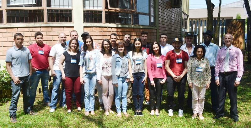 Pose para a foto dos colaboradores da Bertovel com o instrutor Heládio Balerini (primeiro da direita para à esquerda). Crédito fotos: Carla Caponi/Acefb