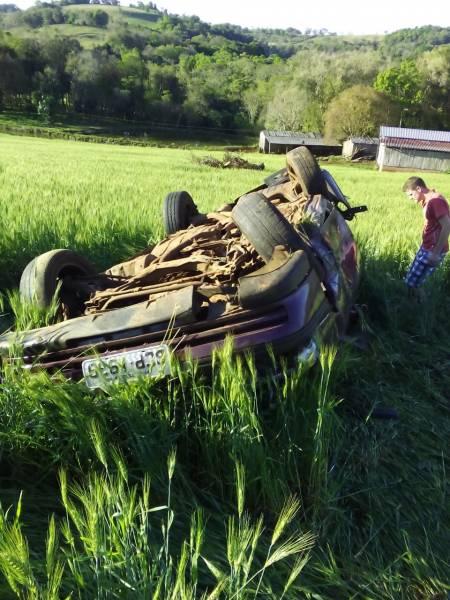 Carro parou no meio de uma lavoura, as margens da rodovia. Foto: Julio Cesar Alves