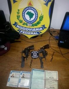 Armas encontradas com os ocupantes do carro. Foto: PRF