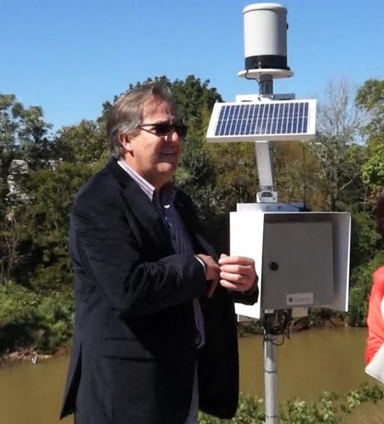 Antonio Carlos Bonetti, secretário estadual de Meio Ambiente e Recursos Hídricos participou da instalação do equipamento. Foto: Alan Particelli