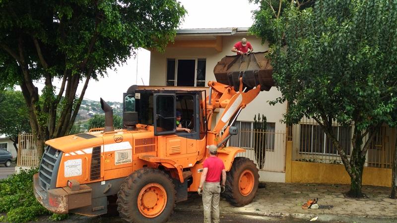 Nesse local, bombeiros usaram uma retroescavadeira para retirar uma árvore que caiu e acertou uma casa. Foto: Evandro Artuzi/RBJ