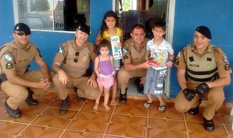 Equipe policial durante a entrega dos brinquedos. Foto de divulgação
