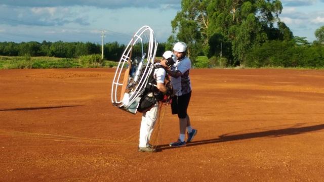 Antes de qualquer voo, o equipamento é ajustado com ajuda de um amigo para evitar acidente. Foto: Evandro Artuzi/RBJ