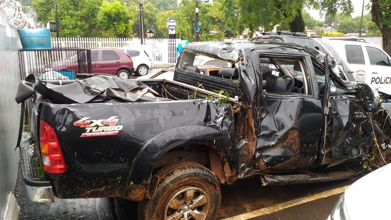 Camionete capotou e fica totalmente destruída. Foto: Evandro Artuzi/RBJ