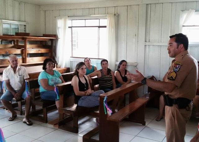 Sargento Mello Santos (Polícia Militar) durante reunião com agricultores da Gruta.