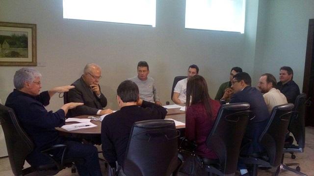 Participaram do encontro o chefe da Casa Civil, Valdir Rossoni, o diretor de Novos Negócios da Copel, Jonel Iurk e lideranças do MAB. Foto: Divulgação Whats