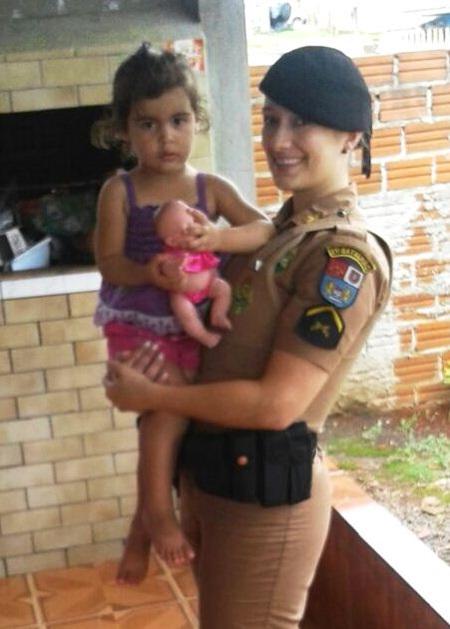 Soldado Briskievicz com uma das crianças visitadas. Foto de divulgação