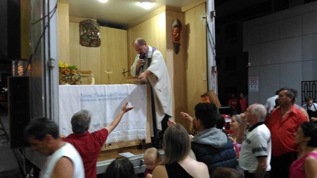 Missa foi encerrada com a distribuição de terços abençoados. Foto: Evandro Artuzi/RBJ