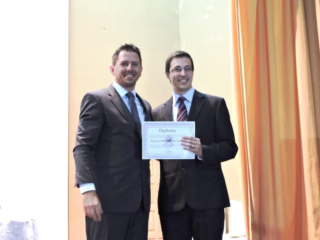Álvaro Scolaro recebendo o Diploma das mãos do Juiz Eleitoral da Comarca de Chopinzinho, João Ângelo Bueno. Foto: Edson Zuconelli.