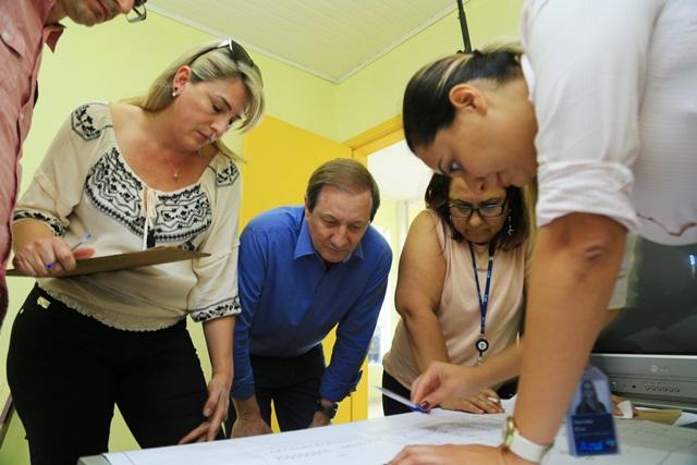 Prefeito Zucchi acompanha avaliação da equipe técnica. Foto de divulgação