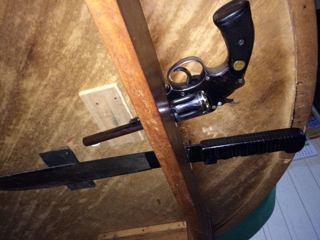 Revólver e facão estavam em um local preparado especialmente como esconderijo, embaixo da mesa. Foto: Polícia Civil