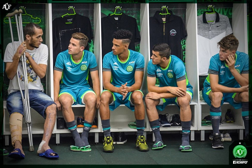 Neto compartilhando experiência com os atletas da base / Foto: Assessoria Chapecoense