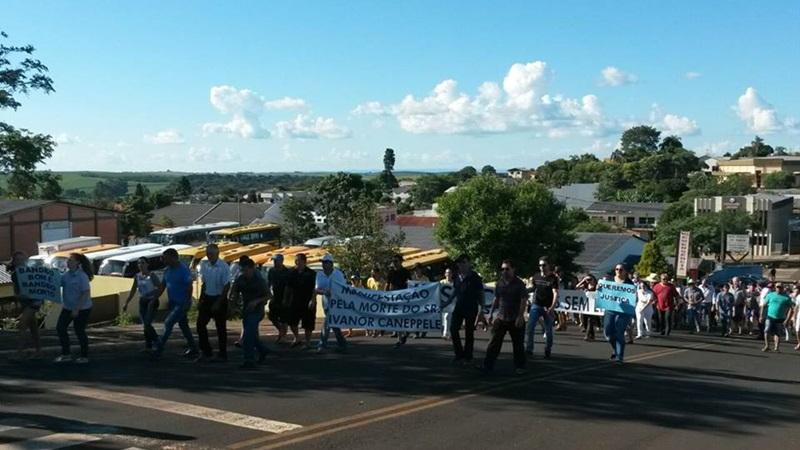 Manifestaão da população em Mangueirinha. Foto: Sebastião Maciel