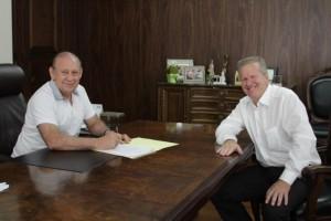 Assinatura do Termo de Posse junto ao presidente da ALEP (Foto: Dálie Felberg/Alep)