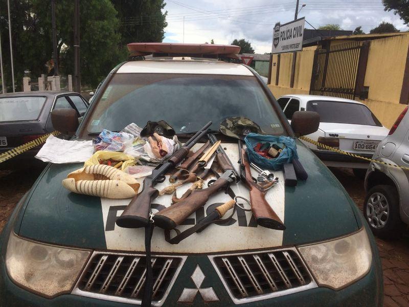 Armas, munições e demais objetos foram entregues, junto com os acusados, na 5ª SDP, de Pato Branco. Foto: Divulgação Polícia Ambiental