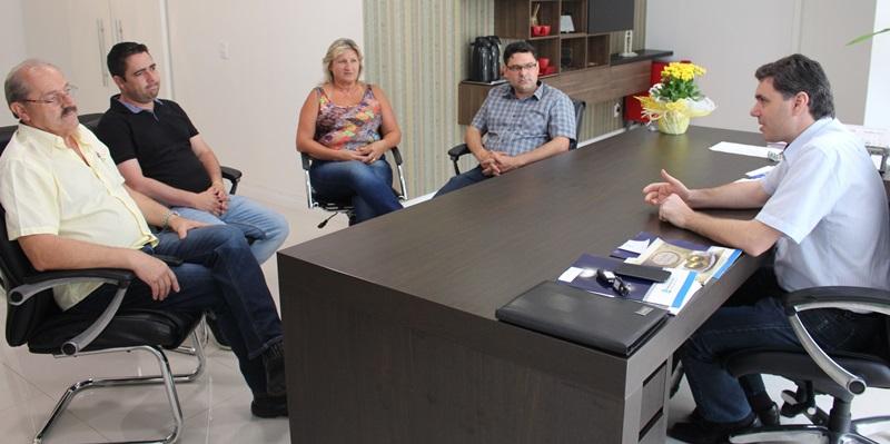 Maria Neli Montagna, Carlos Feltrin, Diego Moraes e Evandro Dal Piva, da diretoria da Acinor, com o prefeito Cleber Fontana. Foto de divulgação