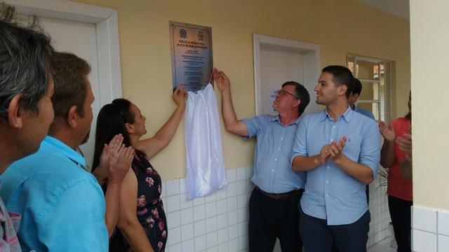 Acompanhada dos deputados Assis do Couto (Federal) e Paulo Litro (Estadual), a prefeita Lucinda da Rosa descerrou a faixa inaugural da nova escola. Foto: Evandro Artuzi/RBJ