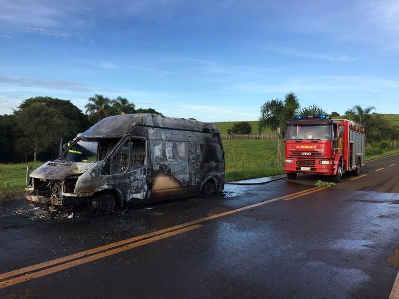 Apesar da ação do Corpo de Bombeiros, o veículo ficou completamente destruído. Foto: Divulgação WhatsApp
