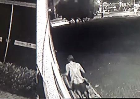Câmeras de monitoramento auxiliaram polícia a identificar o suspeito.