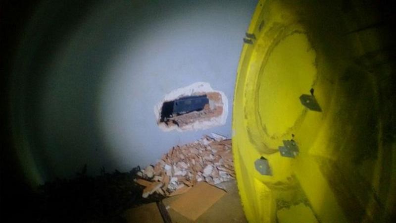 Buraco foi aberto na parede da agência. Foto: Divulgação PM