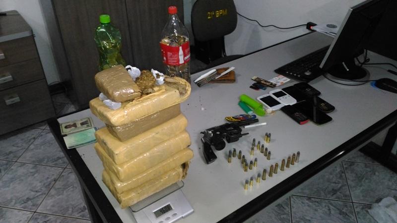 Tabletes de maconha, armas e munições estavam enterrados nos fundos da residência. Foto: Evandro Artuzi/RBJ