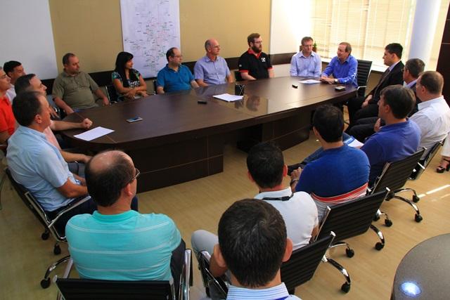 Autoridades participaram da reunião que marcou a assinatura um protocolo de intenções para doação de um terreno do Município à UTFPR. Foto de divulgação