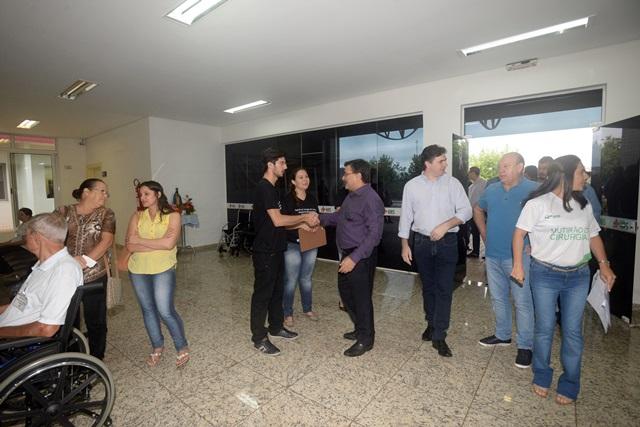 Secretário Michele Caputo Neto acompanhou a realização das cirurgias acompanhado pelo prefeito Cleber Fontana e o deputado Ademar Traiano, presidente da Alep. Foto: Venilton Küchler
