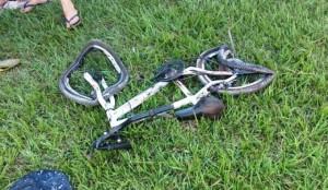 O garoto atravessava a pista de bicicleta quando houve a colisão com o caminhão. Foto: Reprodução WhatsApp.