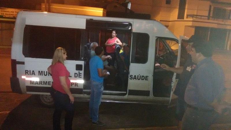 Prefeito de Marmeleiro, Jaimir Gomes (camiseta azul) conversa com pacientes e embarca junto nessa viagem a Casa de Apoio em Curitiba. Foto de divulgação