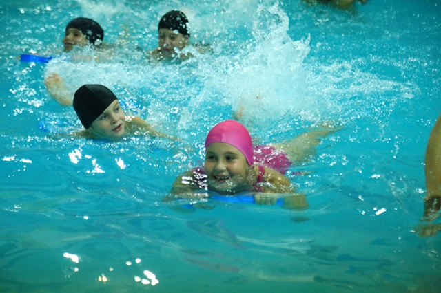 Crianças já estão fazendo uso das piscinas. Foto de divulgação